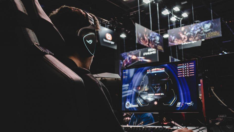 Professionele gamer in gaming stoel